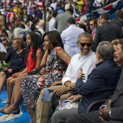 Barack Obama junto a su familia y Raul Castro en un partido de baseball en Cuba