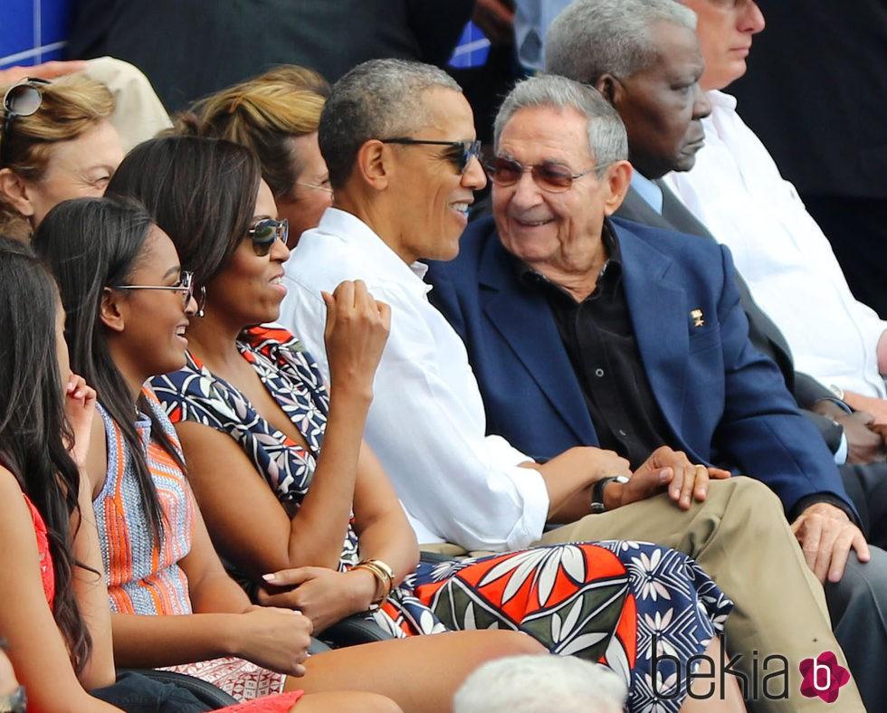 Barack Obama hablando con Raul Castro en un partido de baseball en Cuba