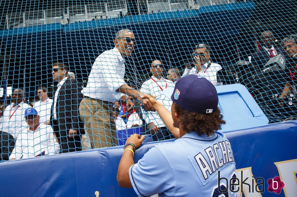 Barack Obama hablando con el jugador Chris Archer en un partido de baseball en Cuba