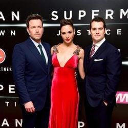Ben Affleck, Gal Gadot y Henry Cavill en el estreno de la película 'Batman v Superman: El amanecer de la justicia' en Londres