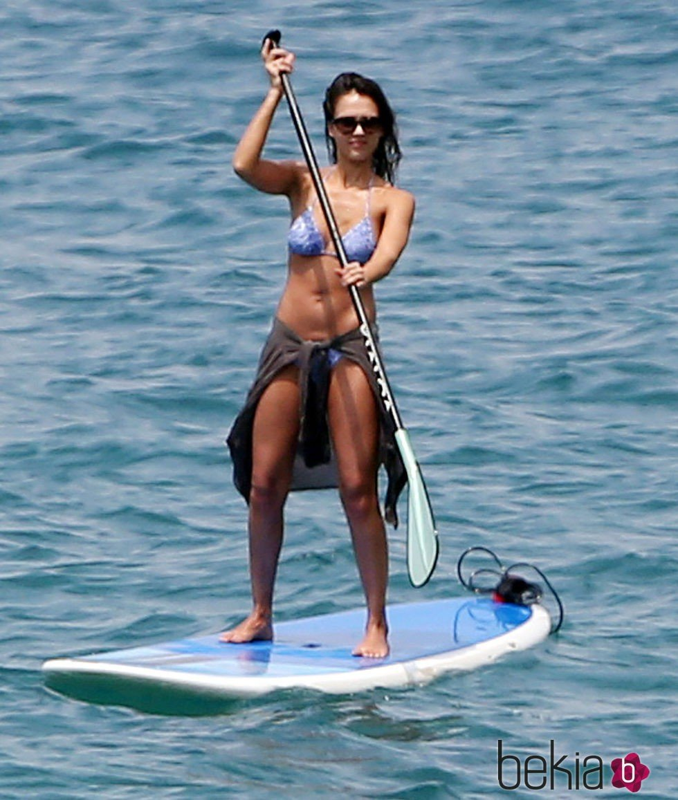 Jessica Alba haciendo paddle surf en las playas de Hawai