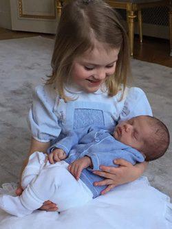 La Princesa Estela con su hermano el Príncipe Oscar en brazos
