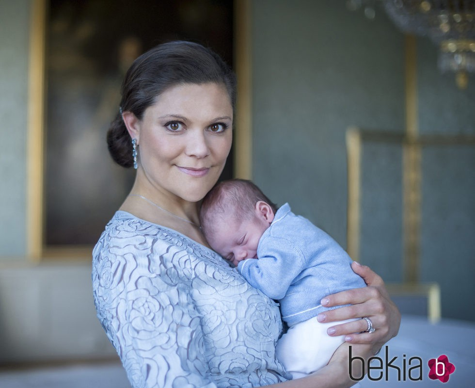 Primera foto oficial de la Princesa Victoria de Suecia con su hijo el Príncipe Oscar
