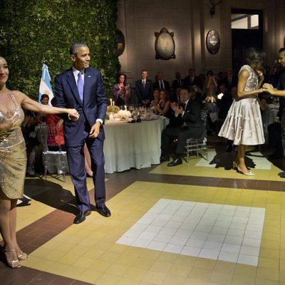 Barack Obama presentando a su compañera de tango en su visita oficial a Argentina