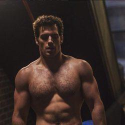 Henry Cavill presumiendo de músculos en una escena de 'Batman vs. Superman'