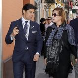Fran Rivera explicando la Semana Santa de Sevilla a Ágatha Ruiz de la Prada