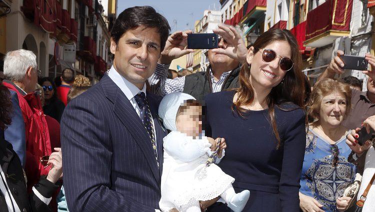 Fran Rivera y Lourdes Montes con su hija Carmen en la Semana Santa de Sevilla 2016