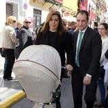 Susana Díaz y su marido José María Moriche con su hijo en la Semana Santa de Sevilla 2016