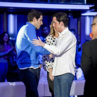 Fran Nicolás saludando a Julián Contreras a su llegada al plató de 'Gran Hermano VIP 4'