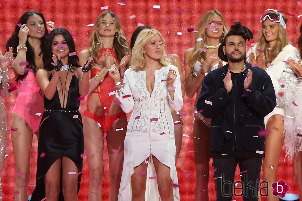 Selena Gomez, Ellie Goulding, y The Weeknd tras su actuación en el desfile de Victoria's Secret 2015