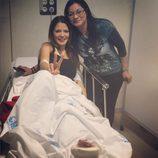 Ivonne Reyes con su hermana en una camilla del hospital