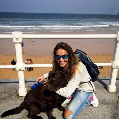 Lara Álvarez, muy sonriente al lado de su perro Chocolate