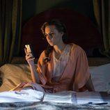 Aura Garrido mira el móvil en el capítulo 'Tiempo de valientes' de 'El ministerio del tiempo'