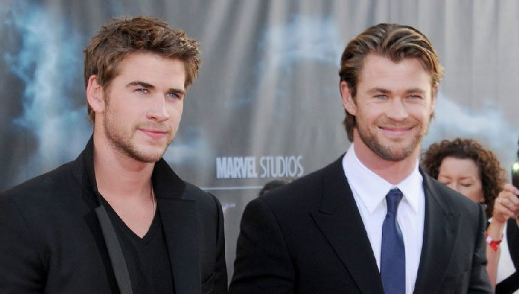 Liam y Chris Hemsworth durante la premier de 'Thor' en Los Ángeles