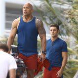 Zac Efron y Dwayne Johnson en una escena de 'Baywatch'