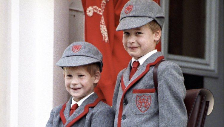 El Príncipe Guillermo y el Príncipe Harry en su primer día de colegio en Wetherby School