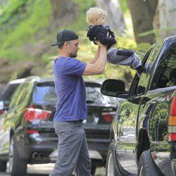 Josh Duhamel mete a su hijo en el coche por la ventanilla
