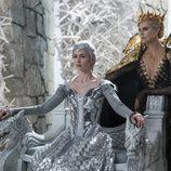 Emily Blunt y Charlize Theron en una escena de 'Las crónicas de Blancanieves: La leyenda del Cazador y la reina del hielo'