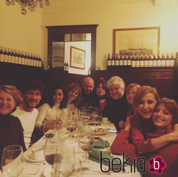 Dani Grao, Inma Cuesta, Emma Suárez, Adriana Ugarte, Pilar Castro, Nathalie Poza y Michelle Jenner cenan con Pedro Almodóvar