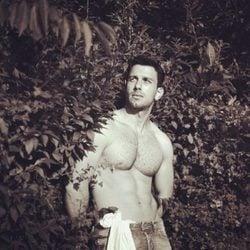 Jwan Yosef, enseñando abdominales