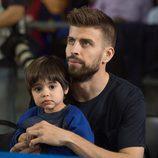 Gerard Piqué con su hijo Milan en un partido de baloncesto del Barça