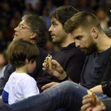 Gerard Piqué da la merienda a su hijo Milan en un partido de baloncesto