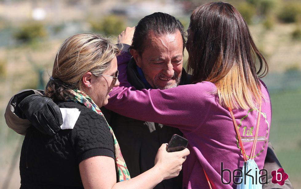 Julián Muñoz abrazando a sus hijas tras salir de la cárcel de Alhaurín de la Torre