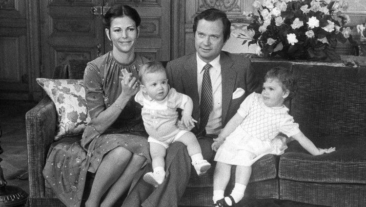Carlos Gustavo y Silvia de Suecia con sus hijos Victoria y Carlos Felipe de Suecia en 1980