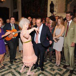 Cayetana de Alba baila con Curro Romero bajo la atenta mirada de los invitados