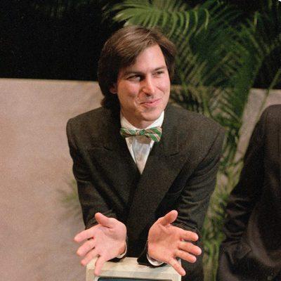 Steve Jobs con pajarita presenta uno de los primeros Macintosh