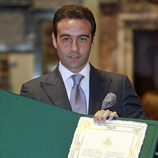 Enrique Ponce con su documento de hijo adoptivo de Valencia