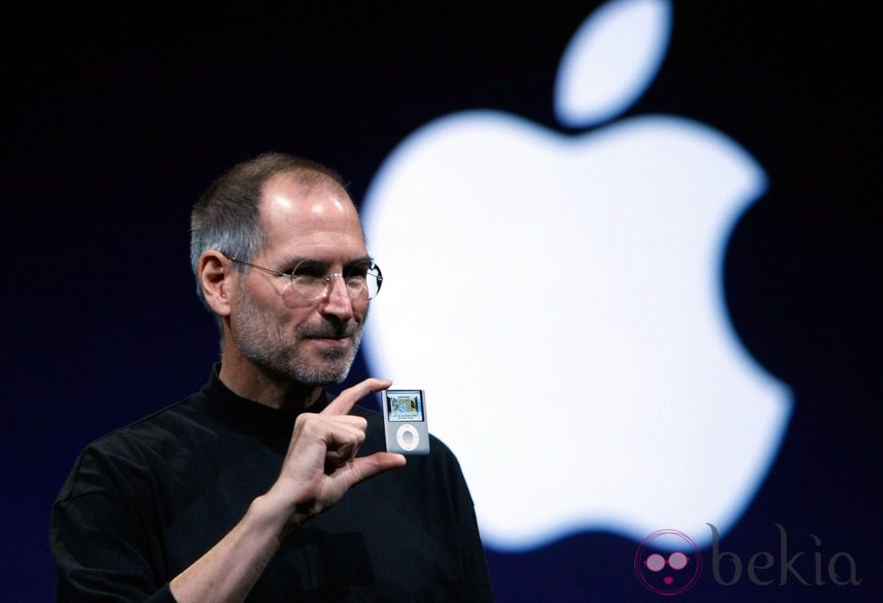 Steve Jobs con la gran manzana de Apple de fondo