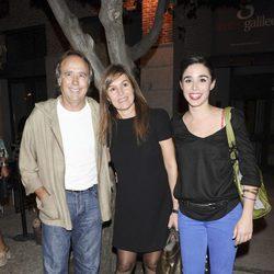 Joan Manuel Serrat, Candela Tiffon y Candela Serrat en el estreno de 'La alegría de vivir'