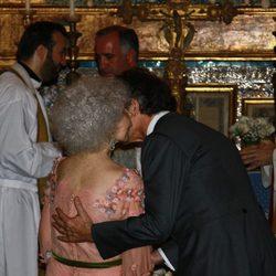 El beso de la Duquesa de Alba y Alfonso Díez tras darse el 'sí quiero'