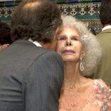 Alfonso Díez besa a la Duquesa de Alba tras darse el 'sí quiero'