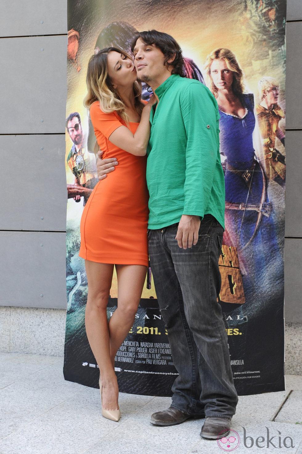 Natasha Yarovenko besa a Sergio Peris Mencheta en la presentación de 'Capitán Trueno y el Santo Grial'