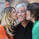 Natasha Yarovenko y Sergio Peris Mencheta besan a Antonio Hernández en la presentación de 'Capitán Trueno'