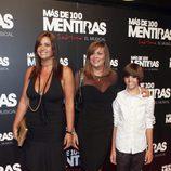 Loreto y Marta Valverde con su hijo Blas en el estreno del musical 'Más de 100 mentiras'