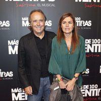 Joan Manuel Serrat y Candela Tiffon en el estreno del musical 'Más de 100 mentiras'