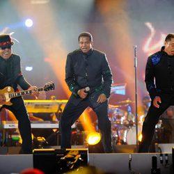 Jackie, Tito y Marlon Jackson durante su actuación en el concierto homenaje a Michael Jackson