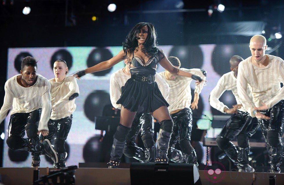 Alexandra Burke en el concierto homenaje a Michael Jackson