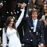 Paul McCartney y Nancy Shevell saludan  a la salida de la Iglesia
