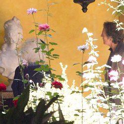 Los Duques de Alba contemplan una estatua del Palacio de las Dueñas