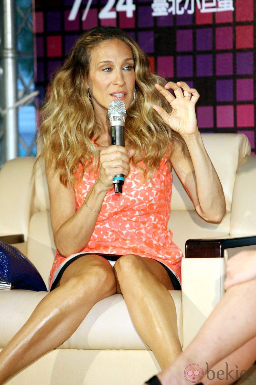 Descuidos de famosas: Sarah Jessica Parker muestra su ropa interior en rueda de prensa