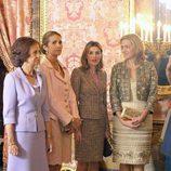 Las mujeres de la Familia Real en el Palacio Real el Día de la Hispanidad