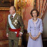 Los Reyes Juan Carlos y Sofía en el Palacio Real el Día de la Hispanidad