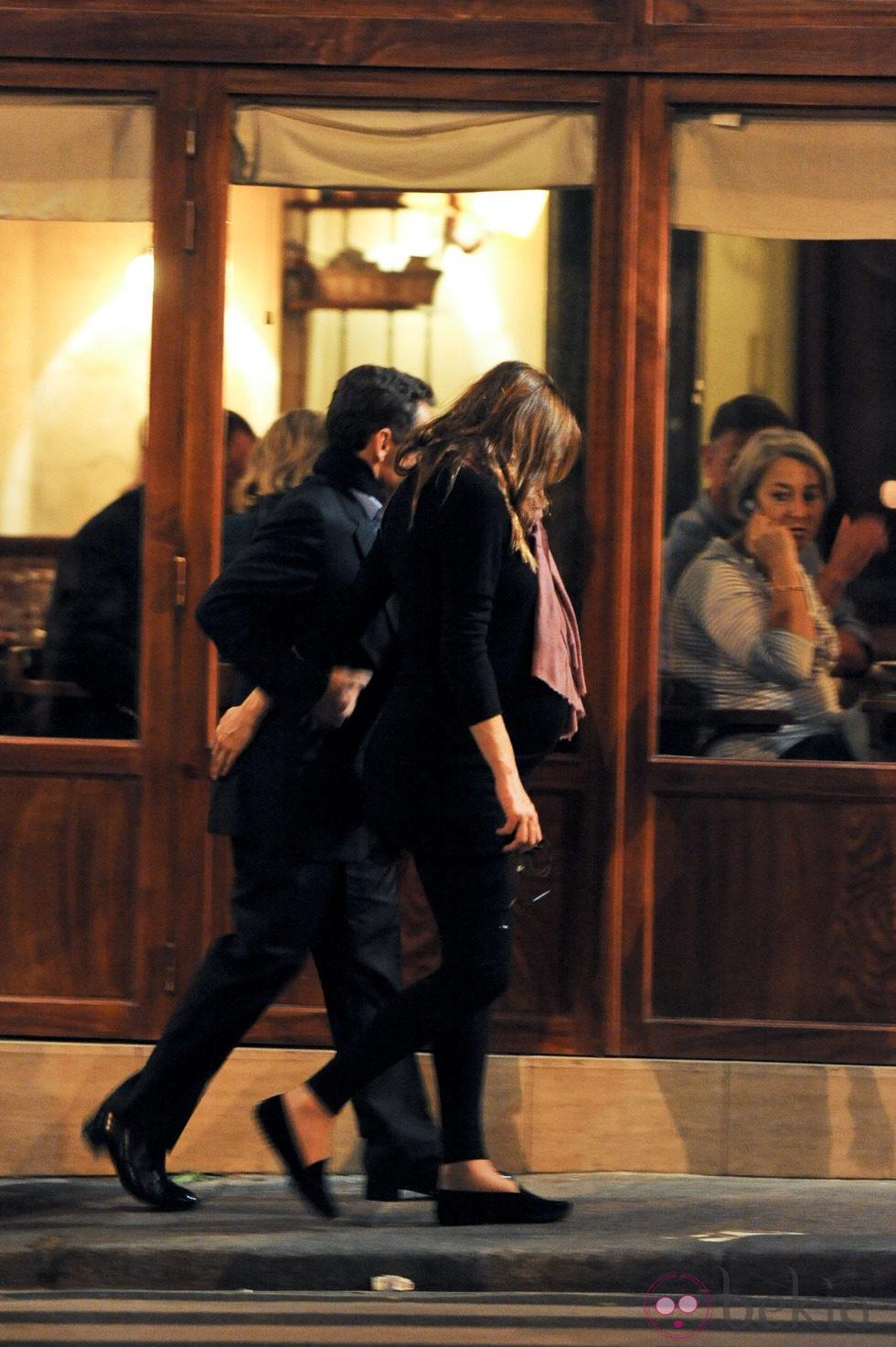Nicolas Sarkozy y una embarazadísima Carla Bruni pasean por París