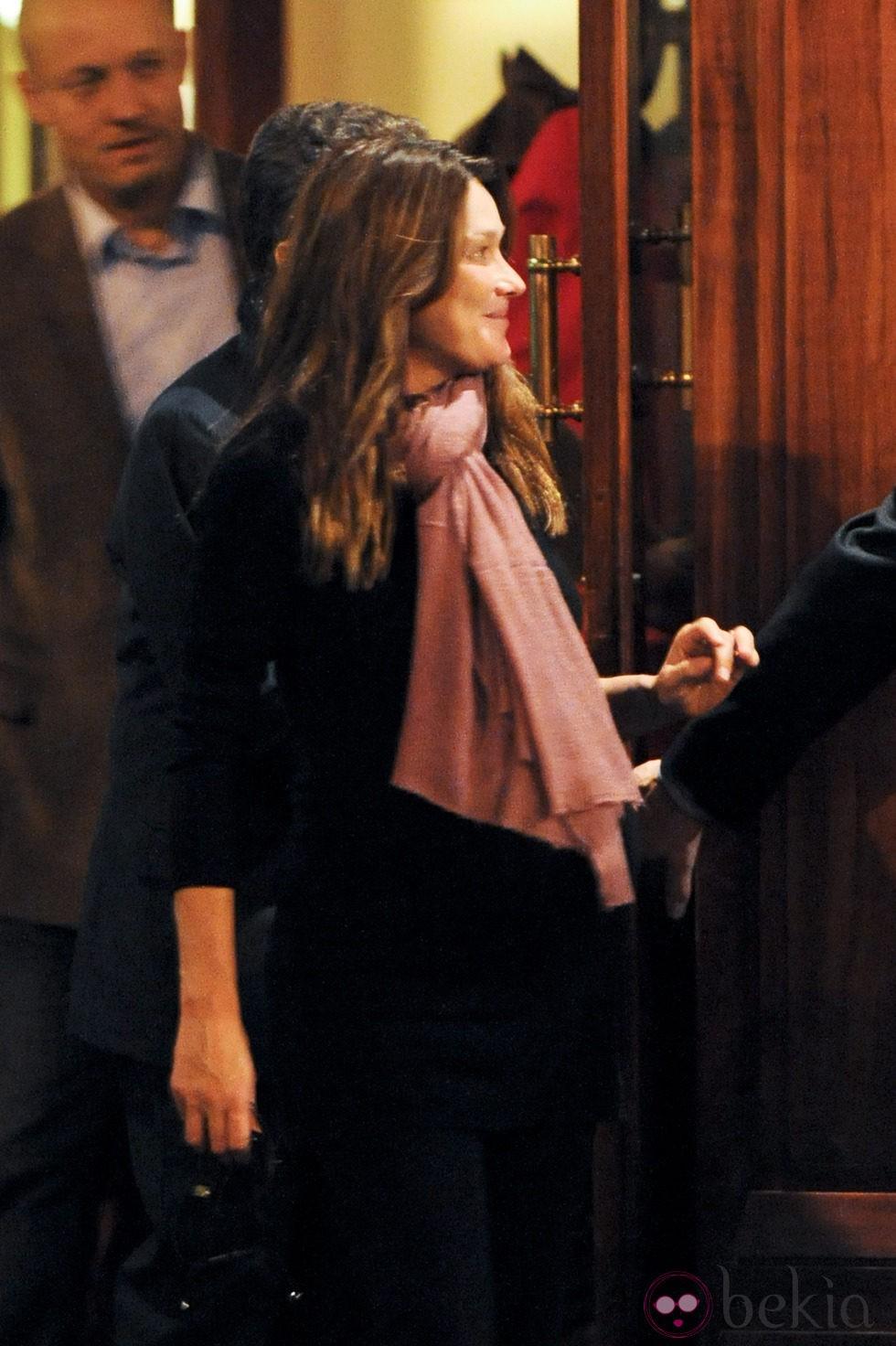 Carla Bruni, a punto de dar a luz, a la salida de un restaurante