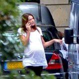 Carla Buni habla por teléfono muy relajada antes de dar a luz