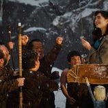 Lily Collins con los enanitos en la nueva versión del cuento de Blancanieves